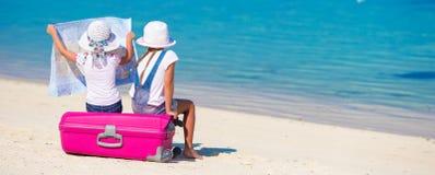 Маленькие девочки с большими чемоданом и картой на тропическом Стоковое Изображение RF