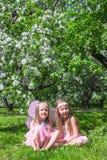 Маленькие девочки с крылами бабочки в Стоковые Изображения
