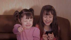 Маленькие девочки с мобильным телефоном видеоматериал