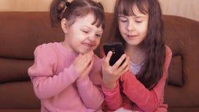 Маленькие девочки с мобильным телефоном сток-видео