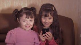 Маленькие девочки с мобильным телефоном акции видеоматериалы