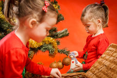 Маленькие девочки украшая рождественскую елку Стоковые Изображения RF