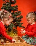 Маленькие девочки украшая рождественскую елку Стоковое Изображение
