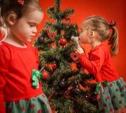 Маленькие девочки украшая рождественскую елку Стоковое фото RF