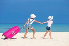 Маленькие девушки туристов с большим чемоданом дальше Стоковое Изображение
