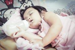 Маленькие дети едят молоко стоковые фотографии rf