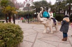 Маленькие дети играя на каменном слоне Стоковое Фото