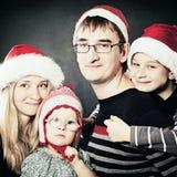 Маленькие дети, мать и отец отпразднуйте семью рождества Стоковые Фото