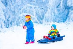 Маленькие дети наслаждаясь ездой саней Стоковое фото RF