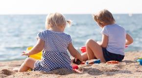 Маленькие дети на пляже Стоковая Фотография