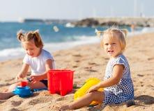 Маленькие дети на пляже Стоковые Изображения RF
