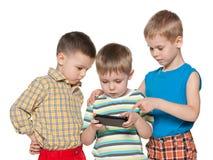 Маленькие дети plaing с smartphone Стоковое фото RF