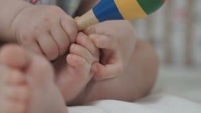 Маленькие игры ребёнка с ногами сток-видео