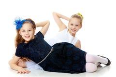 Маленькие кавказские близнецы девушки Стоковые Фотографии RF