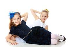 Маленькие кавказские близнецы девушки Стоковые Изображения