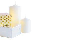 2 маленькие коробки и свечи подарка на белой предпосылке Стоковые Изображения RF