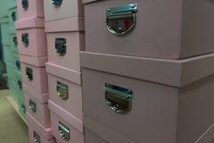 Маленькие коробки стоят в ряд стоковые изображения rf