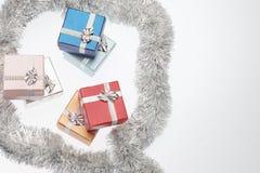 Маленькие коробки для подарка рождества и сусали рождества на белой предпосылке Стоковые Изображения RF