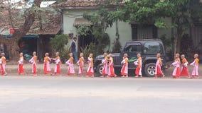 Маленькие милостыни прогулки монашек в утре на дороге, выровнянной в Янгоне Мьянме Стоковое Изображение RF