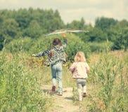 Маленькие милые девушки летая змей Стоковые Фото