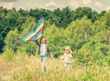 Маленькие милые девушки летая змей Стоковые Изображения