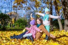 Маленькие милые девушки и молодая мать в осени паркуют Стоковое Изображение RF