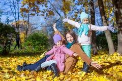 Маленькие милые девушки и молодая мать в осени паркуют Стоковое Изображение