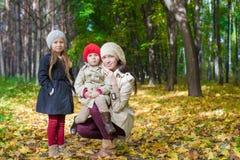 Маленькие милые девушки и молодая мать в осени паркуют Стоковая Фотография RF