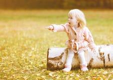 Маленькие милые руки жеста выставок девушки к Стоковые Фото