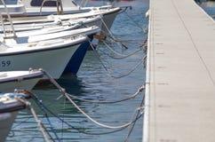 Маленькие лодки ждать для того чтобы пойти к морю около пристани Стоковое Фото