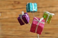 Маленькие подарки внутри shinny оборачивать Стоковые Фото
