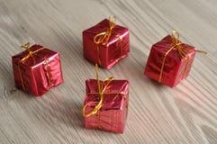 Маленькие подарки внутри shinny оборачивать Стоковая Фотография