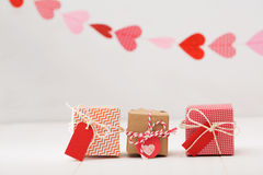 Маленькие подарочные коробки при сердца вися выше Стоковые Фотографии RF