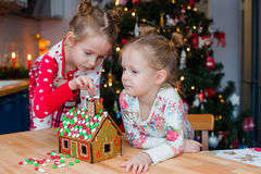 Маленькие прелестные девушки варя дом пряника Стоковое фото RF