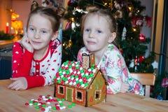Маленькие прелестные девушки варя дом пряника Стоковое Фото