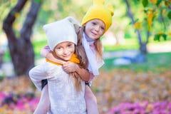 Маленькие прелестные девушки в парке осени outdoors Стоковые Фотографии RF