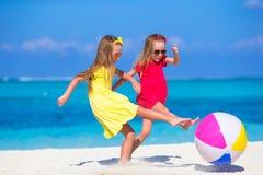 Маленькие прелестные девушки играя на пляже с воздухом Стоковая Фотография RF