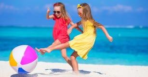 Маленькие прелестные девушки играя на пляже с воздухом Стоковые Изображения