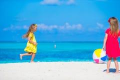 Маленькие прелестные девушки играя на пляже с воздухом Стоковые Фотографии RF