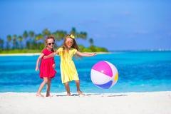 Маленькие прелестные девушки играя на пляже с шариком Стоковое фото RF