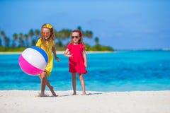 Маленькие прелестные девушки играя на пляже с шариком Стоковая Фотография RF