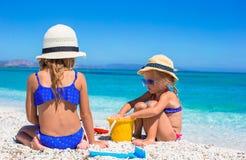 Маленькие прелестные девушки играя с игрушками пляжа Стоковые Изображения RF