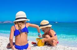 Маленькие прелестные девушки играя с игрушками пляжа Стоковая Фотография RF
