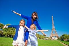 Маленькие прелестные девушки и счастливая мать над Стоковая Фотография RF
