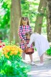 Маленькие прелестные девушки идя весной сад outdoors Стоковые Фотографии RF