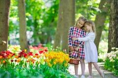 Маленькие прелестные девушки идя в пышный сад  Стоковое Изображение