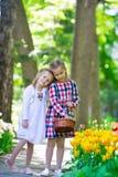 Маленькие прелестные девушки идя в пышный сад  Стоковое Фото