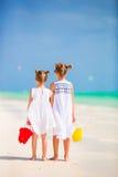 Маленькие прелестные девушки идя с пляжем забавляются во время тропических каникул Стоковое Фото