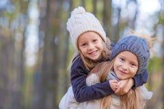 Маленькие прелестные девушки на теплом солнечном дне осени Стоковые Фото