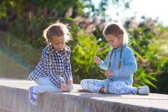 Маленькие прелестные девушки на теплом солнечном дне осени outdoors Стоковое Изображение